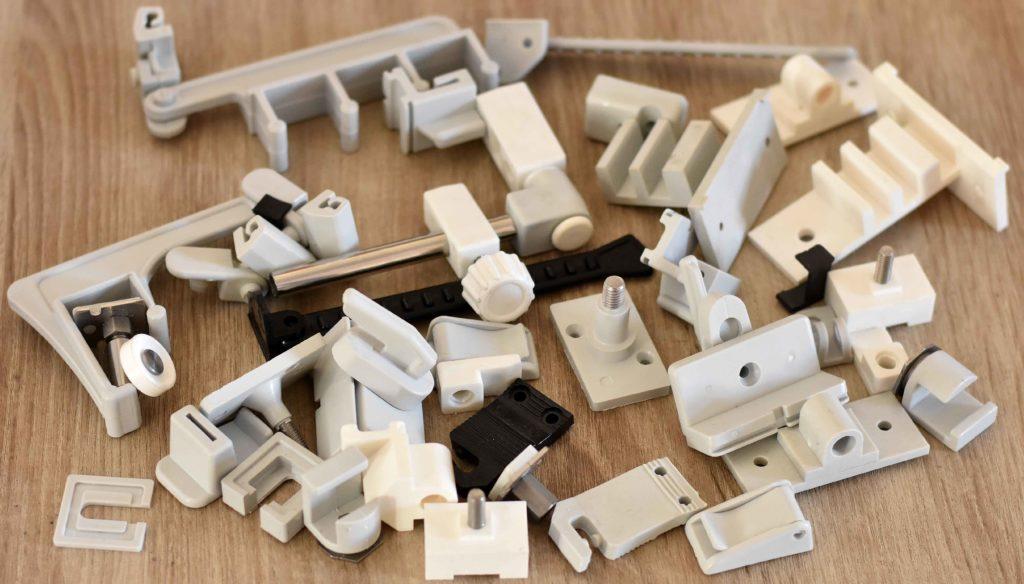 Lisování plastů moderní vstřikovací CNC stroje